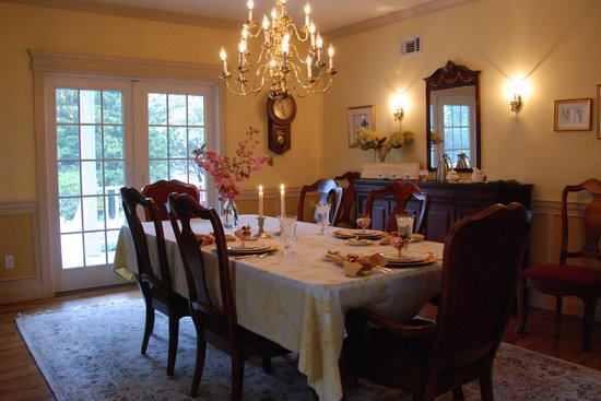 Blue Iris Bed and Breakfast: dining room