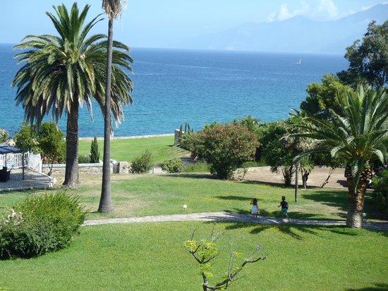 Hotel Bellevue : Vue du parc et de la baie de Saint Florent depuis la chambre
