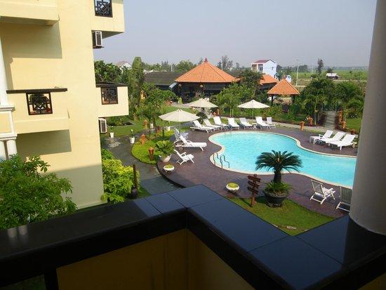 Phu Thinh Boutique Resort & Spa: la piscine et au fond le restaurant