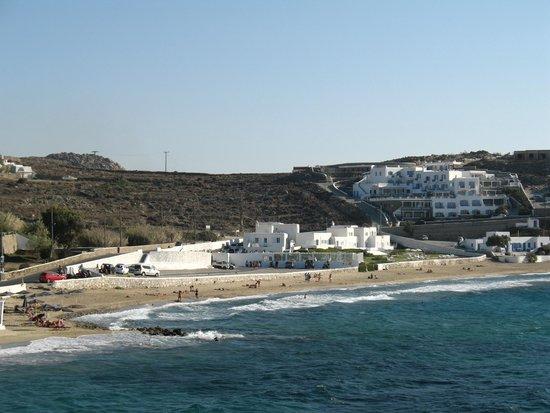 Mykonos Bay Hotel: Vista del hotel desde la calle que lleva al hotel