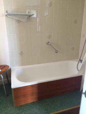 Northfield Hotel: Dingy bath with yet another disabled grab rail