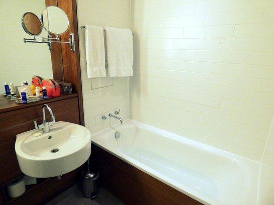 Apex City of London Hotel: Bathroom