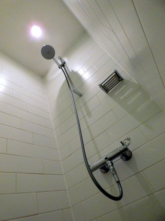 Apex City of London Hotel: Shower