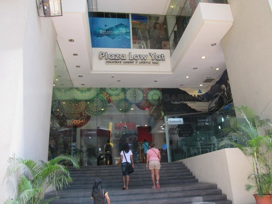Low Yat Plaza : Entrance to the Mall