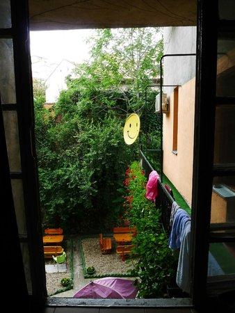 Hostel Skadarlija Sunrise: Vue sur le jardin de la cour intérieur