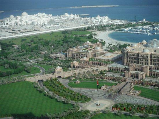 Jumeirah at Etihad Towers: Vista do quarto: Emirates Palace e novo Palácio Presidencial