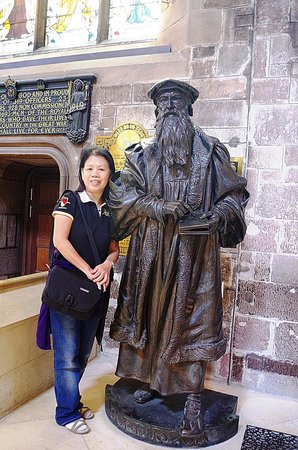 St Giles' Cathedral: Visitor Standing besides John Knox Statue inside the St Giles Cathedral