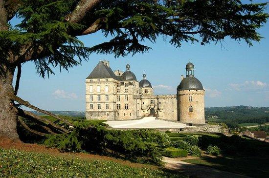 Chateau de Hautefort: Vue depuis le parc à l'anglaise