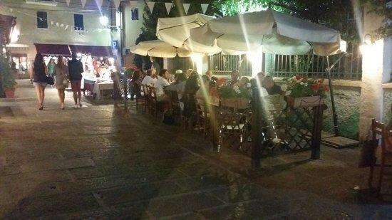 Rosticceria Da Ciccio: 4 tavoli in legno, uno spettacolo. ...