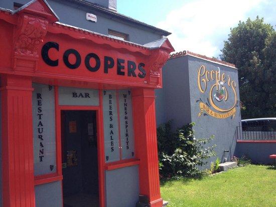 Coopers Bar & Restaurant: Front entrance.