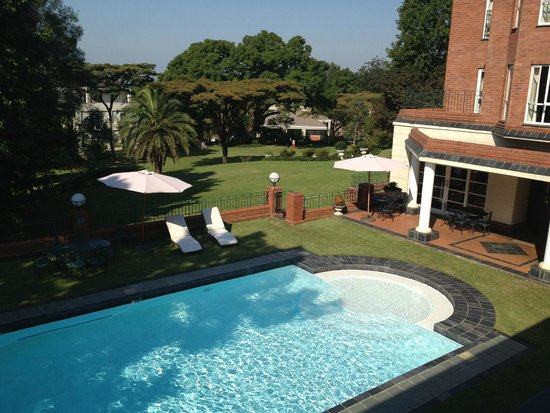 Redlands Hotel and Lodge: Pool and yard