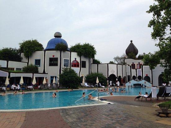 Rogner Bad Blumau: Una delle tante piscine esterne..