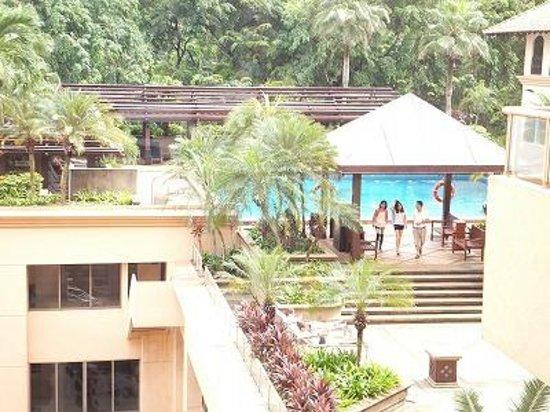 Orchard Parade Hotel by Far East Hospitality : 多分6階くらいにプールがあると思います。8階からの眺め。