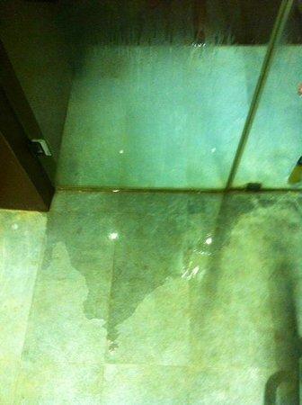 Taibah Boutique Hotel: flooded bathroom floor