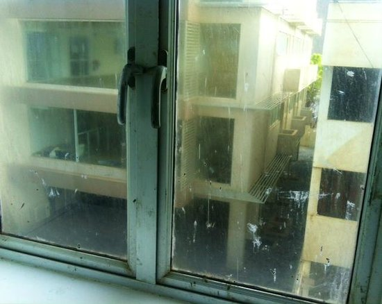 Taibah Boutique Hotel: dirty windows of the room