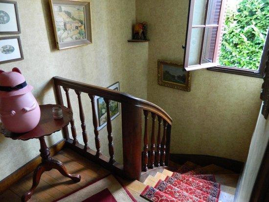 Hotel Au Charme Rabelaisien : Staircase outside room