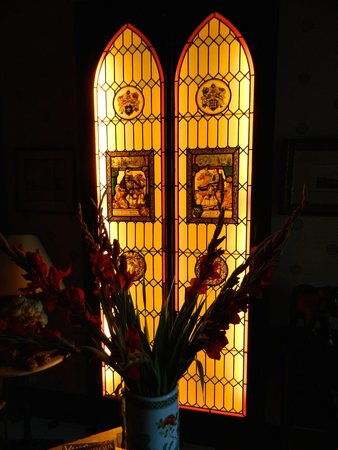 Hotel Au Charme Rabelaisien : Stained glass in lobby