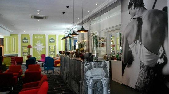 Hotel Jules Cesar Arles MGallery Collection: le bar, dans le hall d'entrée