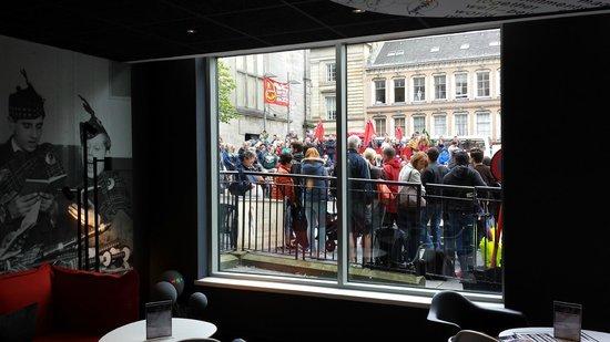 Ibis Edinburgh Centre Royal Mile: Cristalera del vestíbulo