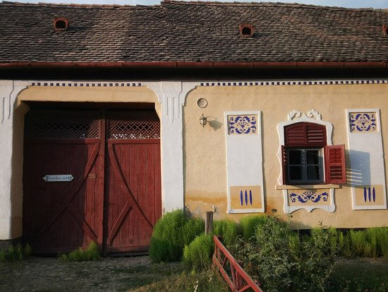 Casa cu Zorele: View of the house entrance