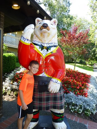 Royal Scot Hotel & Suites: Bear in kilt in front of hotel