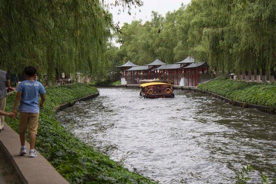 Beijing Zoo: Waterway running through zoo