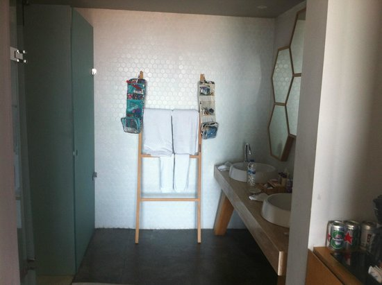 U Paasha Seminyak: As you can see - bathroom is not very separated from the room