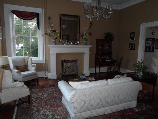 Essex Inn: Sitting Room