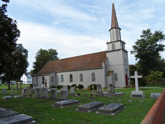 Essex Inn: Church across the street