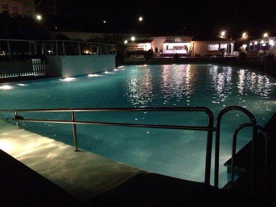 Hotel TRH Alcora: Piscina de noche 2