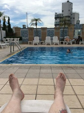 Metropark Hotel Kowloon: Relaxing at the roof pool.