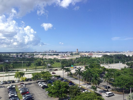 Sheraton Fort Lauderdale Airport & Cruise Port: Airport/I-95 view from the room