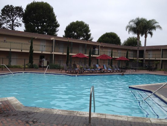 Hyatt Regency Newport Beach: Motel wing. This looks better on the photo than in real life.