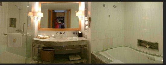 lebua at State Tower: huge bathroom