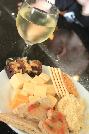 Pelican Inn & Suites: Amazing wine and cheese welcome