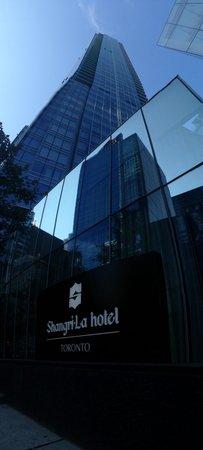 Shangri-La Hotel Toronto: Street view !!! Great !