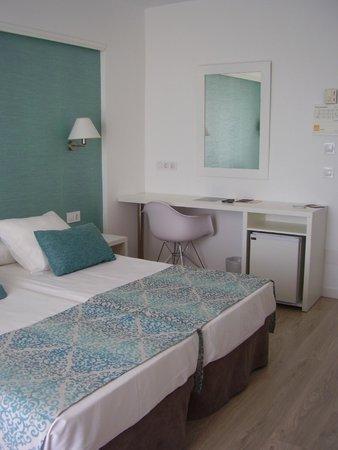 BQ Apolo Hotel: La nostra camera matrimoniale a letti singoli (ero con la mia amica)