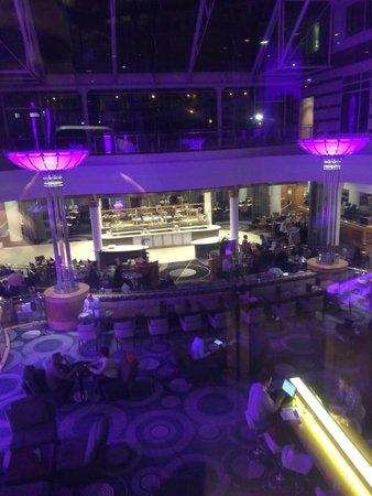 Hilton Paris Charles de Gaulle Airport : Vue du restaurant à partir de l'ascenseur panoramique