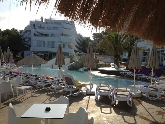 FERGUS Style Cala Blanca Suites: View from Pool Bar to pool and hotel