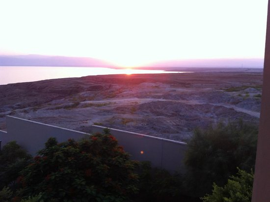 Holiday Inn Resort Dead Sea: sun setting over dead sear, picture taken from the hotel room