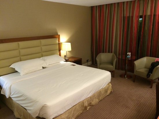 Sheraton Athlone : Huge, spacious room. Very comfortable bed