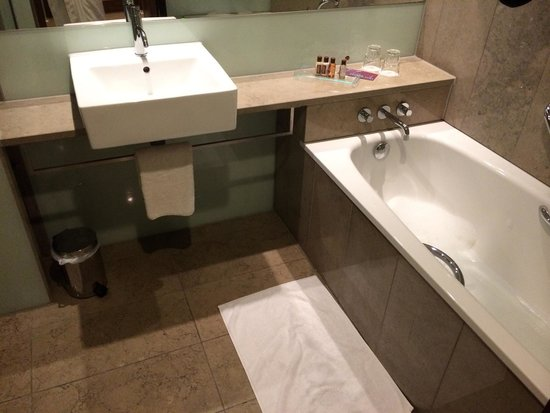 Sheraton Athlone: Separate bath in bathroom. Clean and modern