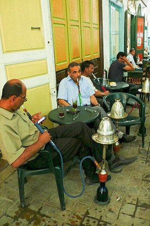 Medina von Tunis: Medina di Tunisi: Tunisia: passatempo al bar