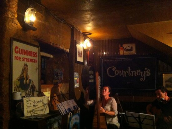 Courtney's Bar : Sessione di musica dal vivo