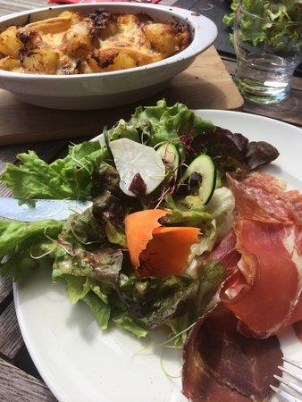Le Belvédère : La tartiflette avec salade et charcuterie
