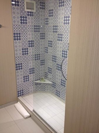 The Westin Cleveland Downtown: Bath shower with glass partition