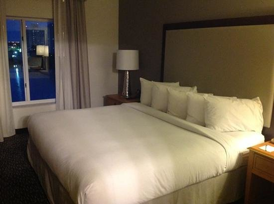 Homewood Suites Miami-Airport / Blue Lagoon: bedroom