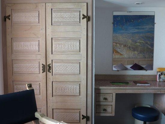 Hotel Windsor Nice: Côté armoire et bureau