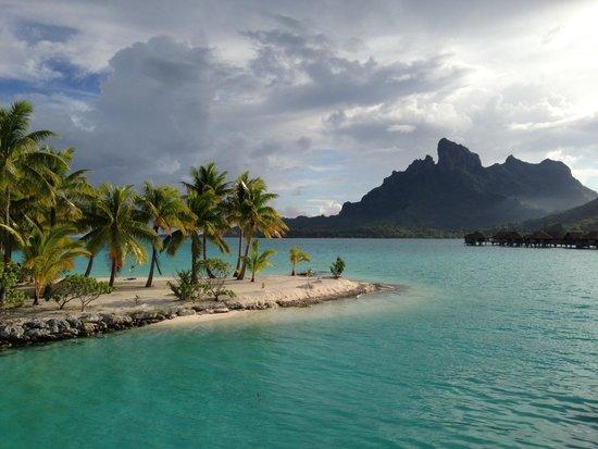 Four Seasons Resort Bora Bora: The view from the lobby