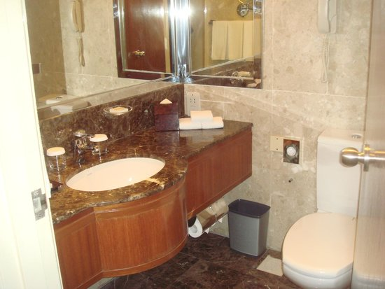 Hilton Singapore: Clean bathroom